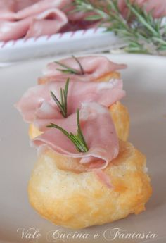 Sgonfiotti con crescenza e mortadella by cathryn Finger Food Appetizers, Easy Appetizer Recipes, Best Appetizers, Antipasto, Popular Italian Food, Italian Food Restaurant, Italian Restaurants, Fingers Food, Wine Recipes