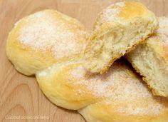 Le Treccine con lo zucchero sono delle briochine tipiche siciliane morbidissime e soffici come nuvole, ricetta facilissima e senza uova. Ve ne innamorerete!