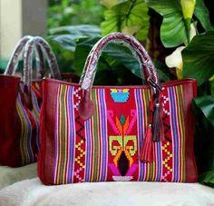 #handbag#tenun#buna#ntt#ethnic#Indonesia#handmade  - Ukuran: 40 x 15 x 30 cm. - Bagian dalam: suede, 2 saku Hp, saku resleting samping, skat tengah. - Resleting utama. - Kulit asli.