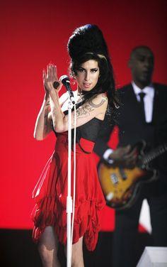 Pin for Later: Die 25 schönsten Erinnerungen an Amy Winehouse  Sie hüllte sich in ein cooles, rotes Kleid bei den Brit Awards im Februar 2007.