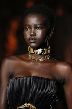 Adut Akech for Versace Fall 2018 Ready-to-Wear fashion show now on Vogue Runway. Versace, Cute Jewelry, Kids Jewelry, Bridal Jewelry, Jewelry Bracelets, Jewelry Logo, Jewelry Quotes, Chanel Jewelry, Choker Necklaces