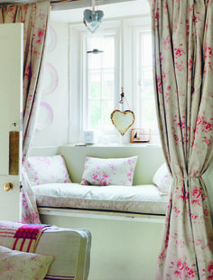 Window seat with Cabbages and Roses fabrics. I love window seats Modern Country Style, Country Chic Cottage, Cottage Style, Rose Cottage, Country Decor, Country Cottages, French Cottage, Shabby Cottage, Rustic Decor