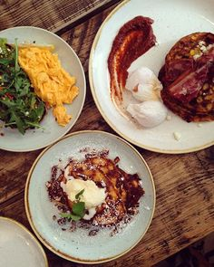 Brunch at Hally's, a really good spot in Fulham. They serve the best pancakes, eggs, fritters and avocadotoast 🙌 Food Spot, Fulham, London Travel, Fritters, Travel Tips, Pancakes, Toast, Brunch, Eggs