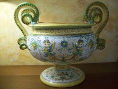 Alzata di ceramica dip.a mano. Decorazione grottesca #Italy http://ceramicamia.blogspot.it/2010/02/decorazione-grottesca-nellarte-della.html