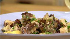 Italienische Küche von Spitzenkoch Tarik Rose: Zu selbstgemachten Raviolis mit Ricotta-Füllung gibt es Steinpilz-Fenchel-Gemüse. Das Ganze wird mit Parmesan verfeinert.