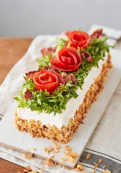 BLT-voileipäkakku   Maku Brunch Recipes, Cake Recipes, Salad Cake, Salad Dishes, Salty Foods, Sandwich Cake, Iftar, Savoury Cake, No Bake Cake