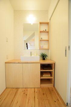 洗面化粧台は脱衣所をゆたっりと使えるように独立して設置しました。手造りの造作化粧台、壁にはタイルを使用しかわいらしい雰囲気を出しています♪ #造作洗面化粧台 #造作 #ナチュラル #東洋ホーム Vanity, Double Vanity, Bathroom Vanity, Bathroom