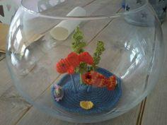 Een vissenkom met gehaakte vissen.  Zie facebook.com/cadeautjesvanriemkje
