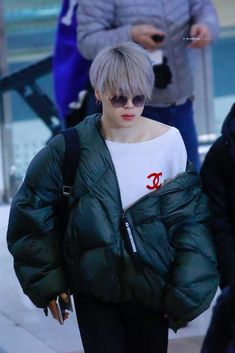 Jimin stahp torturing us with your lovely shoulder. Namjoon, Taehyung, Hoseok, Jimin Airport Fashion, Bts Airport, Airport Style, Park Ji Min, Jikook, Boy Scouts