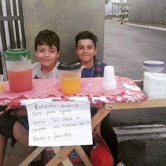 Os meninos ficaram sensibilizados com o pedido de ajuda para conseguir uma cadeira de banho e fraldas e ergueram uma barraquinha de sucos em frente ao prédio onde moram, em um lindo ato de altruísmo.