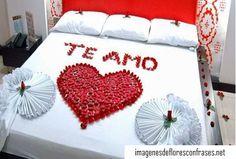 te amo con petalos de rosas en la cama