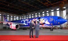gerente geral da Shanghai Disney Resort Philippe Gas (à esquerda) com o presidente da Chin...