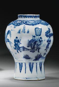 Vase balustre en porcelaine bleu blanc Chine, dynastie Ming, XVII E siècle…