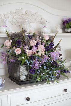 Mesa de Páscoa - decoração com toque provençal em tons de rosa e violeta - arranjo de flores montado em escorredor de pratos antigo e rústico  ( Decoração: Fabiana Moura | Flores: Bothanique )
