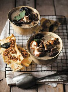 Creamy mushroom soup and crunchy bread/Romerige sampioensop met kraakbrode Soup Recipes, Vegan Recipes, Creamy Mushroom Soup, I Love Food, Pain, Stew, Nom Nom, Stuffed Mushrooms, Vegetarian