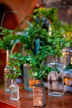 Si te vas a casar en el Palacio Del Negralejo te ofrecemos bonitas ideas de decoración mezclando botes de cristal distintos con todo tipo de flores.