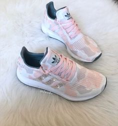 Adidas Swift Run Talk / Icey Pink / Weiß angepasst mit Sneakers Mode, Sneakers Fashion, Fashion Shoes, Shoes Sneakers, Dream Shoes, Crazy Shoes, Me Too Shoes, Shoe Boots, Shoes Sandals