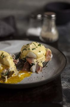 A perfect eggs Benedict is one of my all time favourite breakfast treats and one that I generally order when I feel like indulging. It can be a little tricky to make, involving whipping up a dreade…