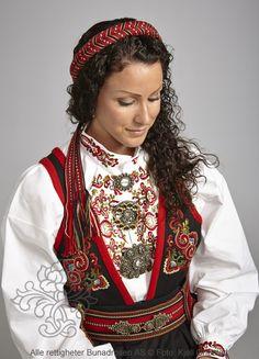 Øst-Telemarksbunad til dame - BunadRosen AS Folk Costume, Costumes, Norwegian Clothing, Scandinavian Folk Art, People Of The World, Norway, Sari, Culture, Folklore