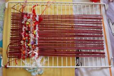 Grille de frigo métier à tisser Pin Weaving, Weaving Art, Loom Weaving, Basket Weaving, Crafts For Kids, Arts And Crafts, Diy Crafts, Art Textile, Tear