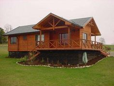 Casas de madera, casas prefabricadas, cabaas,chalets, bungalows Bungalows, Small House Layout, House Layouts, Loft House, Sims House, Cabin Homes, Log Homes, Bamboo House Design, Casas Containers