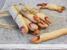 Per festeggiare Halloween e spaventare i nostri piccoli mostricciatoli con queste dita mozzate ed insanguinate, prepariamo i Biscotti Dita da Strega...