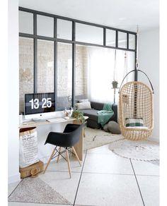 Huis met industriele raampartijen als afscheiding. Zelf te maken met hout en glas, om een afgescheiden en knusse ruimte te creeëren.