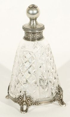 Vidro de perfume de cristal com prata - Rússia - Século XIX. Antique Perfume Bottles, Vintage Bottles, Bottle Vase, Glass Bottles, Perfumes Vintage, Beautiful Perfume, Antique Glass, Cut Glass, Creations
