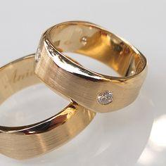 Obrączki z żółtego złota. W damskiej oprawione cztery diamenty. Marcin Gronkowski i Jan Suchodolski http://waszeobraczki.pl/  pytania o cenę proszę kierować na: waszeobraczki@gmail.com