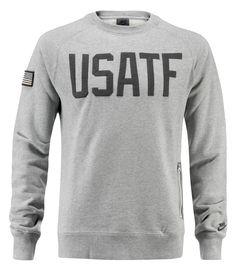Felpa Nike USATF    Felpa uomo con tasca con zip sul fianco sinistro. Patch della bandiera americana sul braccio destro, scritta USATF sul davanti e logo nike sul polso sinistro.   100% cotone.