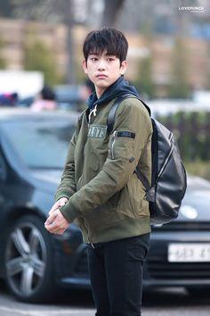 omggg he looks so lost and cute