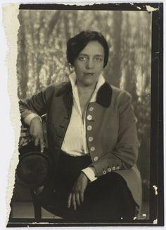 Romaine Brooks, née Beatrice Romaine Goddard (1874 à Rome-1970 à Nice), est une peintre américaine. Comprenant essentiellement des portraits, avec une palette sombre dominée par les gris, son œuvre est proche des mouvements symboliste et esthétiste du XIXe siècle, particulièrement des travaux de Whistler.