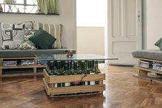 Mesa de centro feita com caixote e garrafas de vidro. Como decorar a casa com…