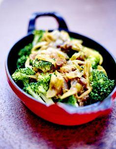 Recette Brocolis sauce oignon et raisin : Hachez finement les raisins au couteau.Pelez les oignons, coupez-les en deux, puis en fines lamelles. Faites-les reven...