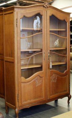 Витринный шкаф с золочеными элементами.
