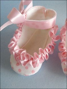 Baby Shoes With Ruffled Ribbon, Handmade Gifts for Baby's & Toddlers Inspiration! Love the gathered ribbon! Baby Shoes Pattern, Shoe Pattern, Baby Patterns, Baby Boots, Baby Girl Shoes, Sewing For Kids, Baby Sewing, Couture Bb, Handmade Baby