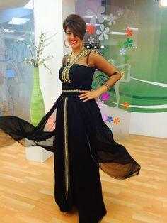 Caftan Marocain 2015 couleur Noir style robe de soirée en satin et mousseline avec des manches en tulle haute gamme présenté par Leila Hadioui sur Sabahiyat 2M