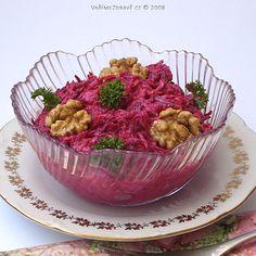 cervena-repa-s-mrkvi-a-krenem Salad Recipes, Serving Bowls, Decorative Bowls, Cabbage, Salads, Muffin, Vegetables, Breakfast, Tableware