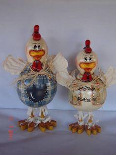 Casal de galo e galinha feitos de cabaça, madeira e biscuit.  http://www.elo7.com.br/ateliermeninaflor