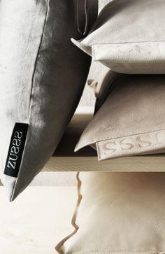 Zusss   Details van onze kussens, linnen gecombineerd met leer. Leren kussens van boven naar beneden: poedergrijs mat, lever mat, zand mat.