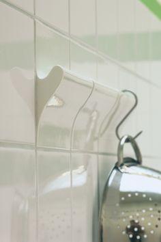 De tegels van het Nederlandse bedrijf DTile bieden je badkamer en keuken net dat beetje extra. Wat dacht je bijvoorbeeld van een magneettegel, een schoolbordtegel of een kookwekker die in de tegel zit ingebouwd? Doordat de ontwerpers Peter van der Jagt en Jan Kwakkel het strakke van tegels en het slimme van accessoires samenvoegen ontstaan er hele bijzondere nieuwe tegels.