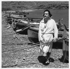 S. Dalí, Port Lligat (Espagne), 20.07.1953. Dalí, Salvador ; peintre espagnol ; 1904–1989. Dalí devant sa maison à Port Lligat à côté de Cadaquès (Costa Brava, Espagne).