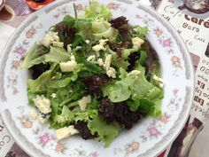 Salada de mix de alface (romana, americana e roxa), agrião e lascas de gorgonzola; temperada com flor de sal, azeite extra virgem e vinagre de framboesa.