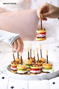 Sweet mini burger recipe with chocolate, fruit and Mikado . - Sweet mini burger recipe with chocolate, fruit and Mikado … – decoration – - Burger Recipes, Brunch Recipes, Gourmet Recipes, Cake Recipes, Dessert Recipes, Brunch Food, Pastry Recipes, Mini Burgers, Party Finger Foods