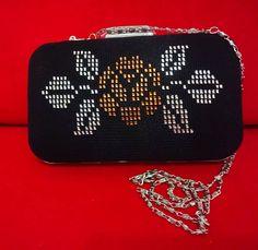 """50 Beğenme, 1 Yorum - Instagram'da Kişiye özel tasarım yapılır. (@telkirma_ozlemcanta): """"Ozel gunlerinizde kullanabileceginiz siyah renk, isiltili, sik tel kirma portföy çanta.Klipslidir.…"""" Clean All The Things, Palestinian Embroidery, Bargello, Cross Stitch Flowers, Filet Crochet, Plastic Canvas, Hand Embroidery, Diy And Crafts, Design"""