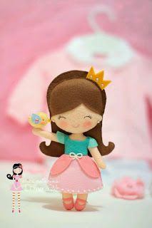 Free patterns for felt dolls based on Disney princesses -- simple, easy, and adorable. Erica Catarina, Felt Doll Patterns, Felt Kids, Felt Templates, How To Make Toys, Fabric Toys, Barbie Princess, Creation Couture, Felt Applique