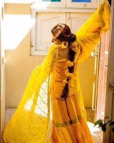O Mahira U look You soo Stunning 🌟💫💛 Bridal Mehndi Dresses, Pakistani Wedding Dresses, Pakistani Dress Design, Pakistani Outfits, Bridal Outfits, Pakistani Mehndi Dress, Indian Outfits, Mahira Khan Dresses, Shadi Dresses