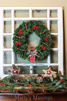 S těmito jednoduché tipy můžete považovat jakoukoli rovnou plochu vedle zdi ve vaší domácnosti jako vánoční římse, i když nemají k dispozici krb!  Kombinovat svěží zelení, jeřabin, výprodeji najde a levná obchodě koupil položky vytvořit krásnou dovolenou dálniční známku.