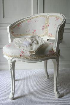 Pour relooker le fauteuil nous avons choisi un joli tissu en lin fleuri. To relook the armchair we chose an attractive flowery linen fabric. #decorationmaison #fauteuilancienrelooké #fauteuilcabriolet