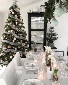 This beautiful home and fab Christmas decoration Cred: – Deneme Christmas Table Settings, Christmas Decorations, Table Decorations, Holiday Decor, World Of Interiors, Christmas Eve, Christmas Ideas, Interior Inspiration, Tablescapes